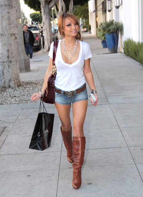 tila-tequila-nguyen-shopping-wearing-short-short-shorts-t-shirt-brown-boots-tila_tequila_2