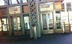 マンハッタンに行く地下鉄駅に降りるエレベータ