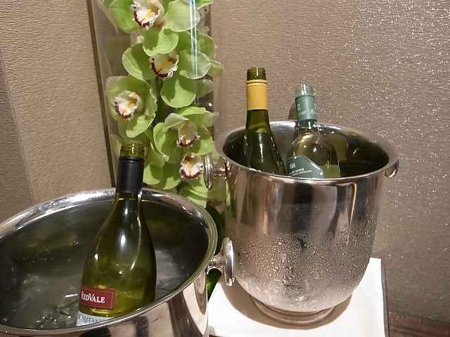 <p>ラウンジの白ワイン</p>