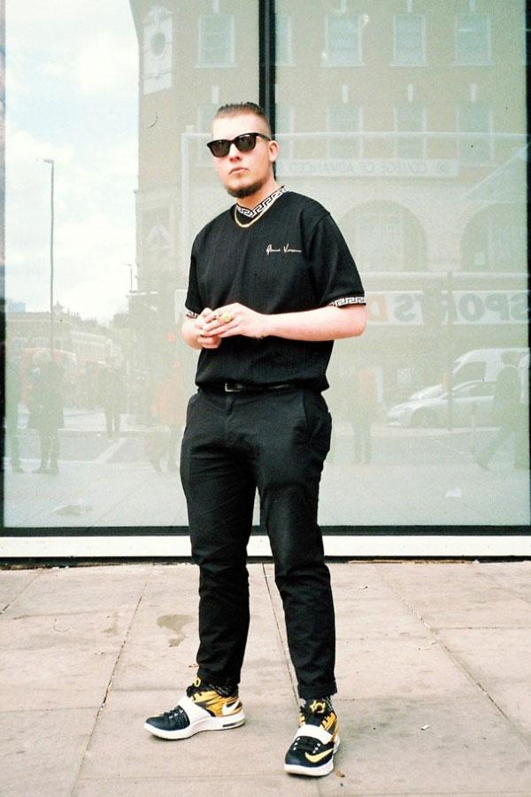 黒Tシャツ×黒チノパン×Nike KD7