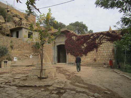 Uno de los patios del templo de Lalish.