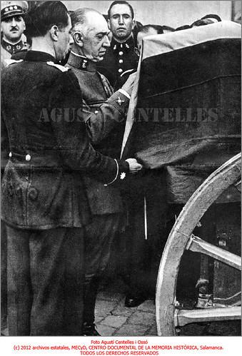 Barcelona, 31 de julio de 1936, el general José Aranguren Roldán impone la medalla Militar. by Octavi Centelles