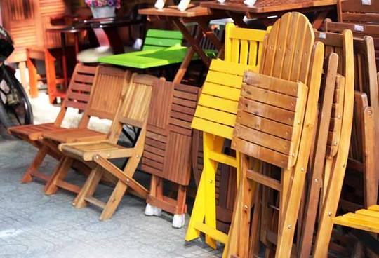 Nhiều mẫu ghế gỗ được bày bán, mục đích phục vụ cho các quán cafe và quán ăn