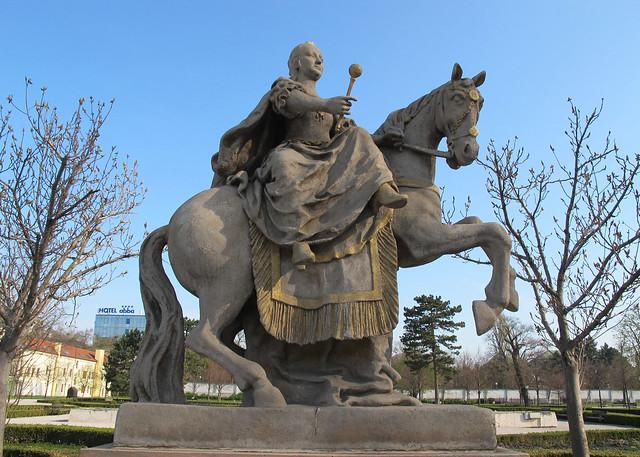 Estatua de la emperatriz mar a teresa a caballo jardines for Al jardin de la republica