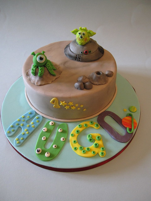 Alien Spaceship Cake http://www.flickr.com/photos/cakesbyjacques/7514542778/