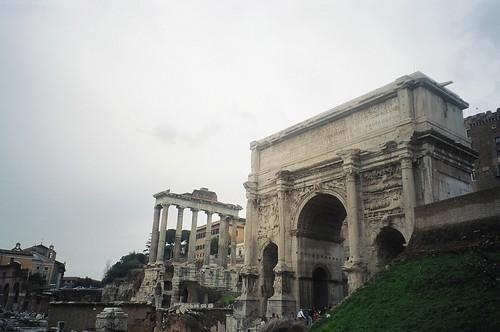 2004.02.27.043 - ROMA - Foro Romano - Tempio di Saturno / Arco di Settimio Severo