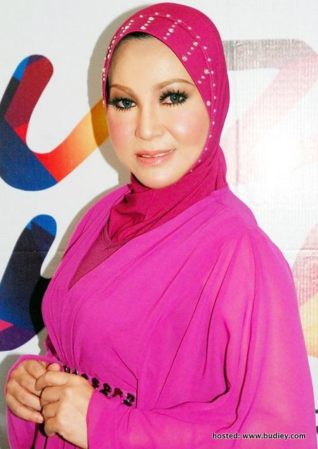 Ramlah Ram hiburkan pengunjung Karnival Bakat My Gempak 2012 di Melaka