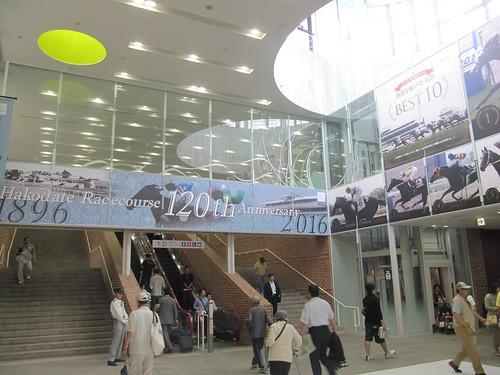 函館競馬場のエントランス