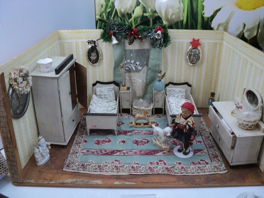 А вот и кукольные комнаты! О таких я мечтала в детстве. Чтобы оценить масштабы - высота стенок комнаты около 25 см. Германия, 1920-1930
