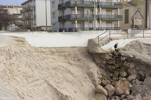 Le muret sépare la plage du trottoir et de la route