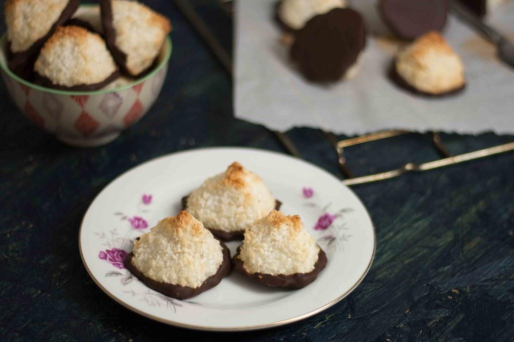 Saftige kokosmakroner med chokolade (7)