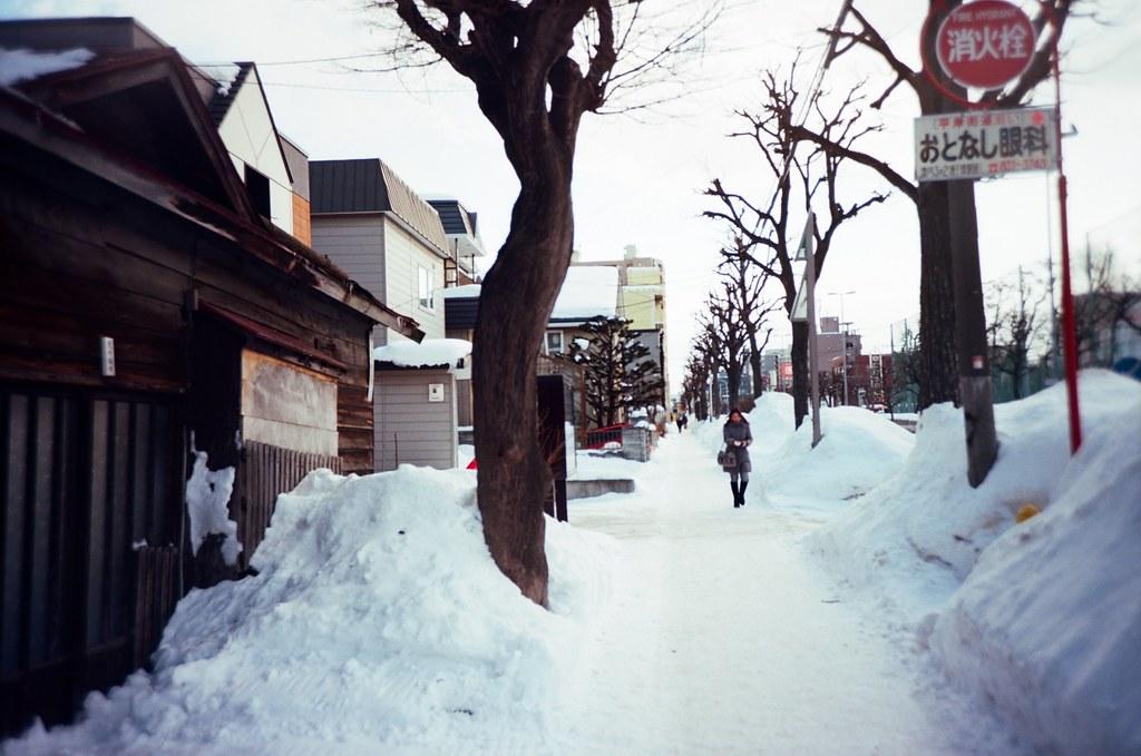 學園前 札幌 北海道 Sapporo, Japan / Kodak Pro Ektar / Lomo LC-A+ 走在路上的時候一直都覺得好不可思議,在有雪的地方的是怎樣一個生活方式,路邊的雪可以堆好高,好像也不用擔心會會滑下來,倒是路上真的有很多一包包的小石子可以取用,協助灑在地上止滑。  Lomo LC-A+ Kodak Pro Ektar 100 8267-0007 2016-01-31 ~ 2016-02-02 Photo by Toomore