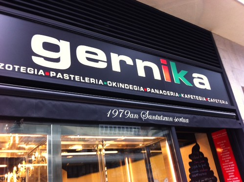 Exterior cafetería pastelería Gernika by LaVisitaComunicacion