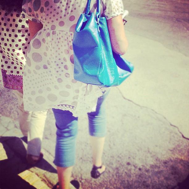 La chica del bolso azul
