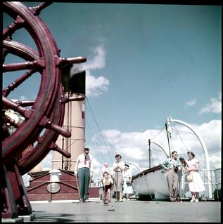 Group playing game on a ship's deck / Un groupe joue à un jeu de société sur le pont d'un bateau