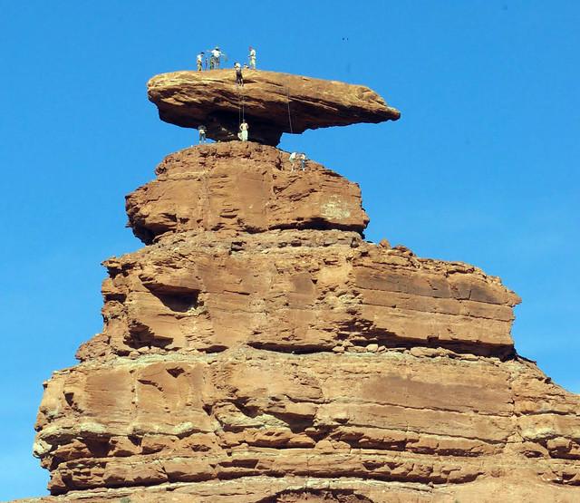 Formación rocosa que da nombre al pueblo Mexican Hat (sombrero mexicano) Valle de los Dioses en Mexican Hat, Utah - 13925884014 514daa8773 z - Valle de los Dioses en Mexican Hat, Utah