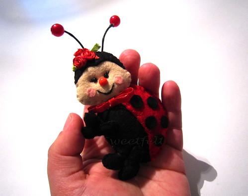 ♥♥♥ Sou vermelha como o rubi e uso pintinhas pretas; encontras-me no jardim, nas plantas e no capim. by sweetfelt \ ideias em feltro