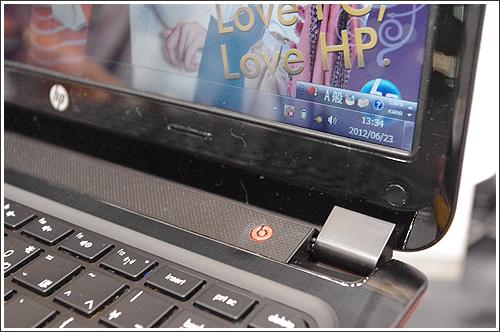 HP ENVY4-1000は底面のレッドがデザイン的に「粋」なアクセントになっています!!