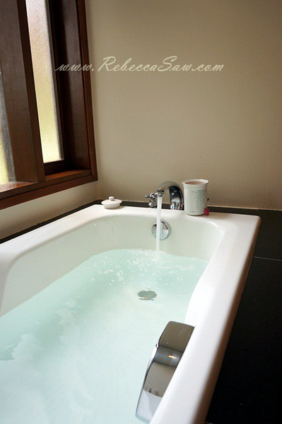 serambi room bathtub - tanjong jara resort