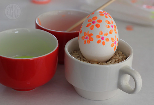 3 cups and a decorated egg