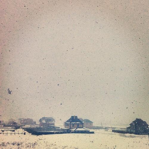 За окном огромными хлопьями валит снег. Смотрю и медитирую.