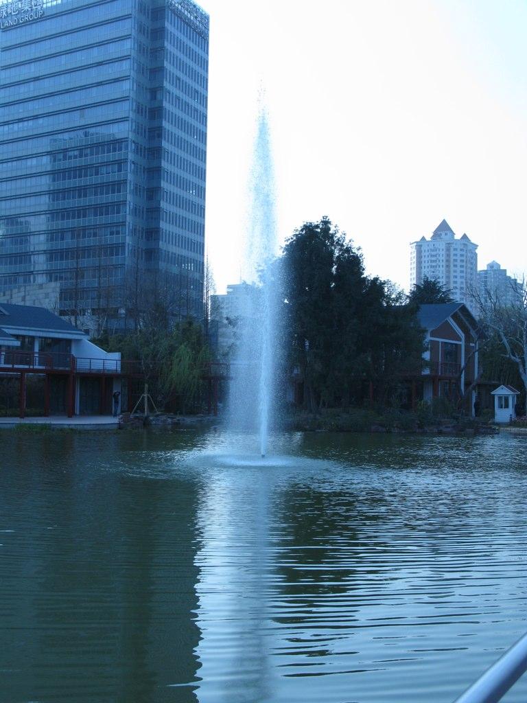 湖中滴喷泉