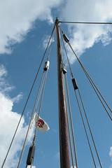Rahseglertreffen Vorbereitungen - Heino Ude hisst auf Knorr Sigyn die WMH-Flagge - Landebrücke unten am Hafen von Haithabu - Museumsfreifläche Wikinger Museum Haithabu WHH 12-07-2012