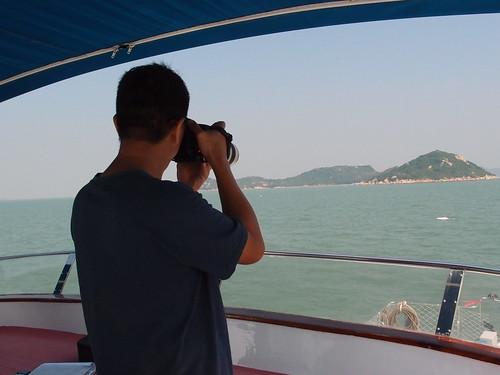 香港海豚保育學會會長洪家耀,正在替目擊到的白海豚拍照記錄,這樣的工作已持續17年。