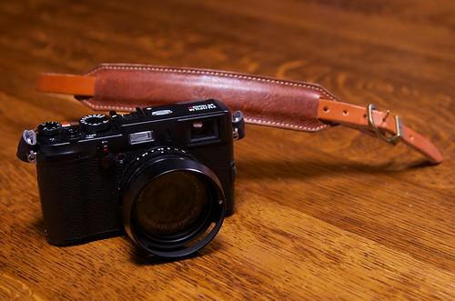 Acru オイルレザー/ラクダ革のカメラストラップ