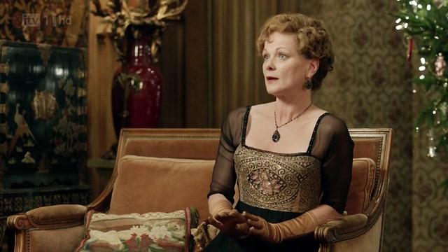 DowntonAbbeyS02E09_Rosamund_eveningblackgold