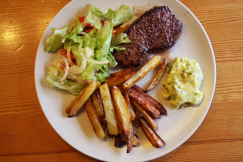 Steak, french fries, béarnaise sauce.