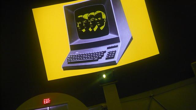 Computerwelt im billigen Zelt