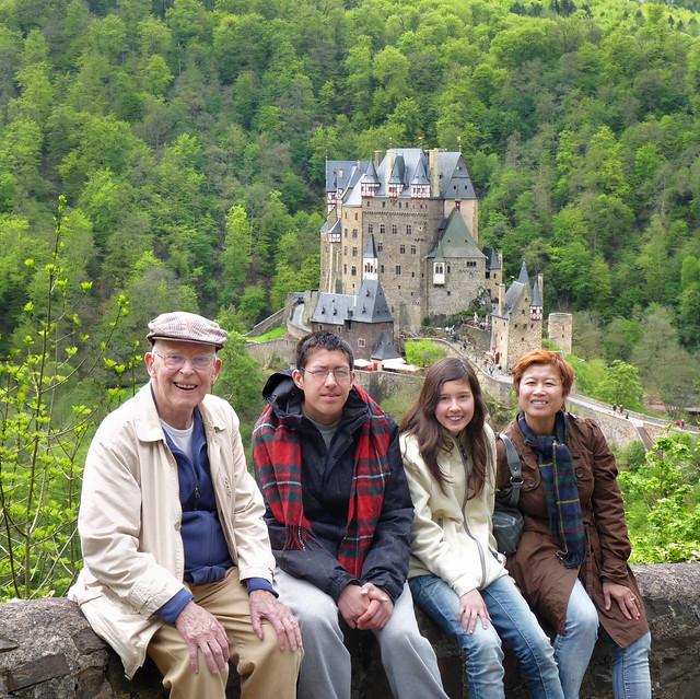 Joop, BieJee, Samantha en Kanitha bij Burg Eltz
