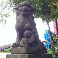 狛犬探訪 子安八幡 阿吽とも子連れ 目が赤と青に塗られているのは後世にだろうか