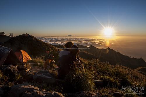 sunset couple horizon campsite gunungagung senaru