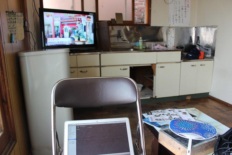 テレビを見ながら作業