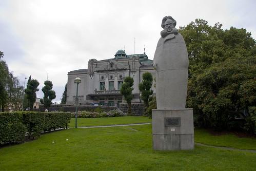 100 Den Escena Nacional y monumento Ibsen