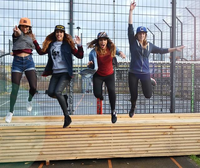 Caro, Belén, Dina y Alba con gorras y saltando para la sesión de fotos de Chicks with Caps