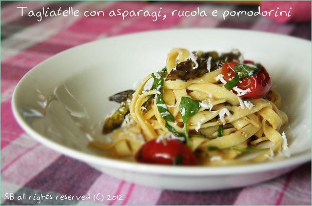 Tagliatelle con asparagi, rucola e pomodorini