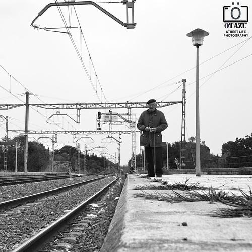 [Esperamos el último tren] - [STREET LIFE - PHOTOGRAPHY] by Otazu