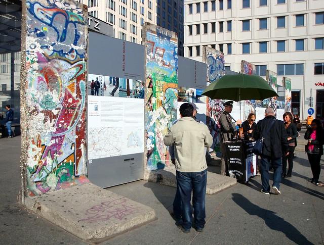 Carimbando o passaporte em Berlim