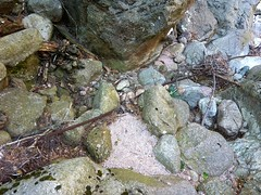 Suite du vieux sentier de la brèche du Carciara : restes de câble métallique le long du ruisseau