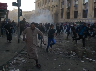 4 February 2012 - Crowd on Mansour Street Flees Tear Gas
