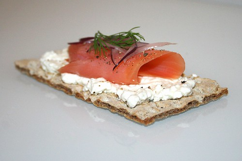Räucherlachs mit roter Zwiebel & Dill auf körnigem Hüttenkäse / Smokes salmon with red onion & dill on cottage cheese