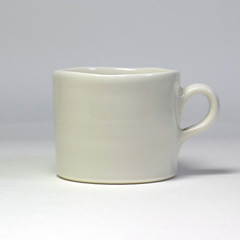 砥部焼 雲石窯「マグカップ/白磁(淡黄地)」