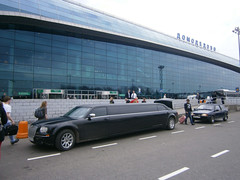 CHRYSLER 300C limousine devant le Moscow Domodedovo Airport