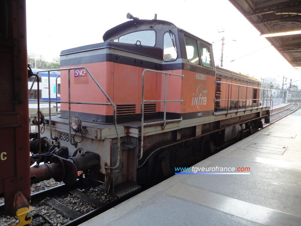 La locomotive BB63861 SNCF en livrée Arzens à quai dans la gare aubagnaise