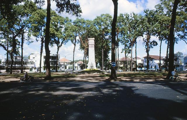 Saigon 1964 - Công trường Chiến sĩ (Hồ Con Rùa) nhìn từ đường Trần Quý Cáp, bên phải là ra Nhà thờ ĐB - Photo by Iparkes