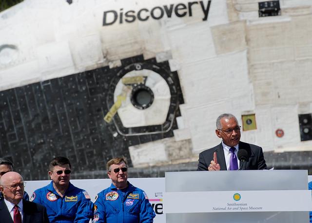 Shuttle Discovery Arrives at Udvar-Hazy (201204190018HQ)