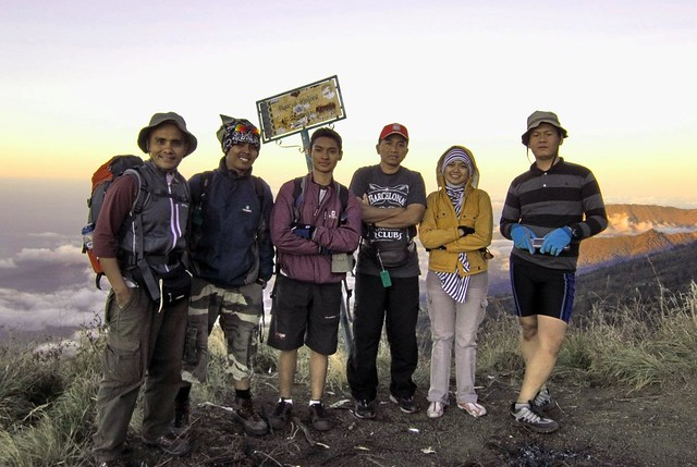 Foto bersama dengan team pendaki gunung Rinjani | Flickr - Photo ...